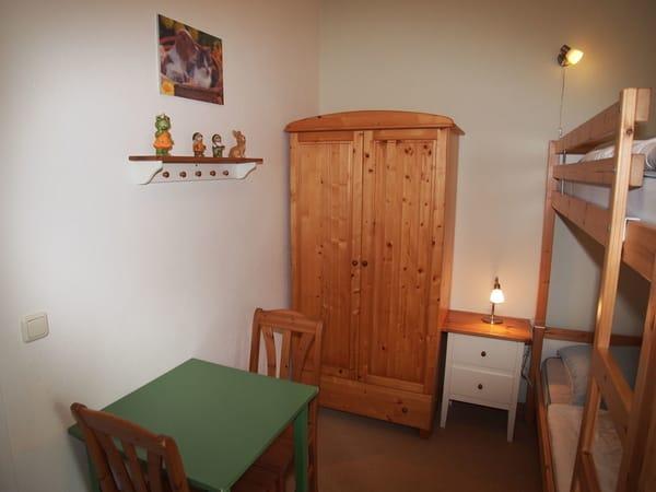 2. Schlafzimmer mit Tisch und 2 Stühle