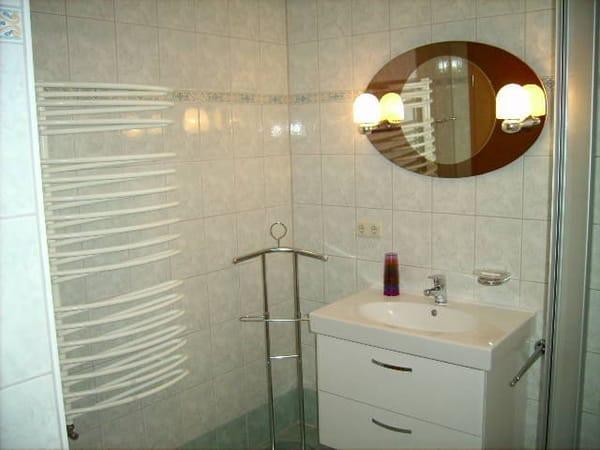 Badezimmer mit Kosmetikspiegel und Föhn