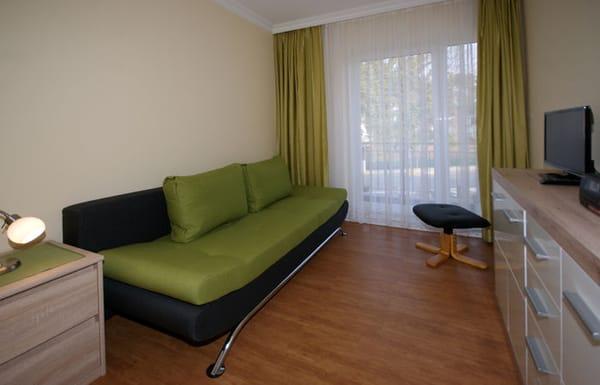 Wohnzimmer mit Schlafcouch, Flat-TV & Terrasse