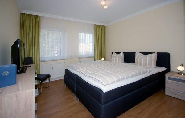 Schlafzimmer mit Doppelbett, Flat-TV, Stereoanlage & Kleiderschrank