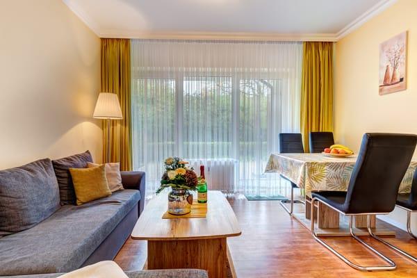 Wohnzimmer mit Schlafcouch, Essplatz, Flat-TV & Terrasse