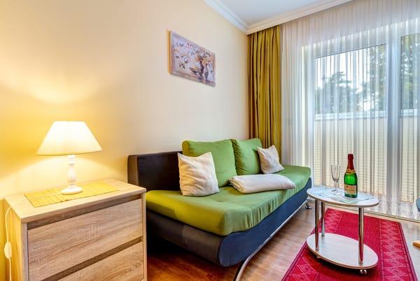Wohnzimmer mit Terrasse, Schlafcouch & Flat-TV