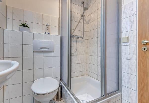 Tageslichtbad mit Dusche/WC & Fön