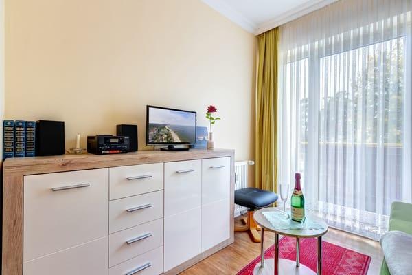 Wohnzimmer mit Flat-TV & frz. Balkon