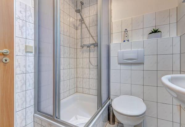 Tageslichtbad mit Dusche/WC und Föhn