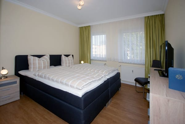 Schlafzimmer mit Doppelbett, Flat-TV und Stereoanlage