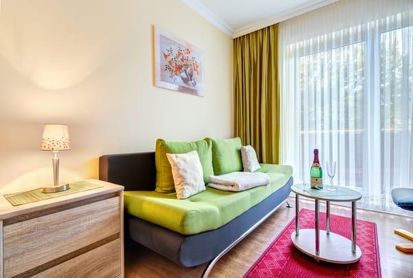 kleines Wohnzimmer mit Schlafcouch für 1 Person