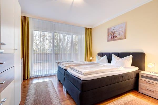 Schlafzimmer I mit Doppelbett & Zugang auf die Dachterrasse