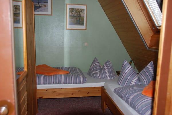 Schlafraum mit zwei Einzelbetten, diese können nicht zusammengestellt werden.