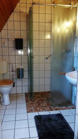 Duschbad mit ebenerdiger, hochwertiger  Echtglasdusche sowie Handtuchtrockner über Zentralheizung