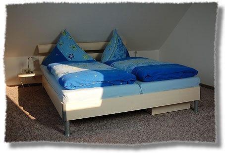 Schlafzimmer mit Doppelbett, Stellmöglichkeit für ein Babybett