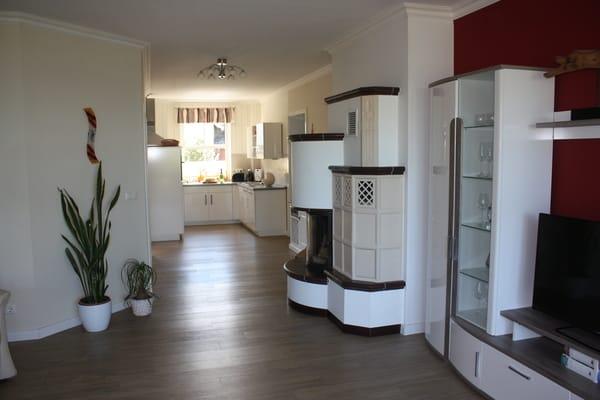 Wohnzimmer mit  Kamin und Küchenzeile