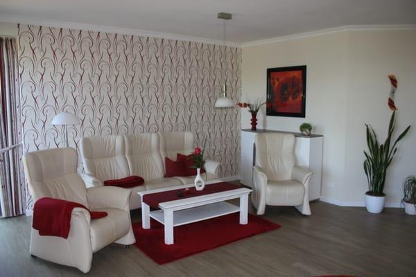 Die Couch im Wohnzimmer läd ein zum Fernsehen, Radio hören oder Lesen