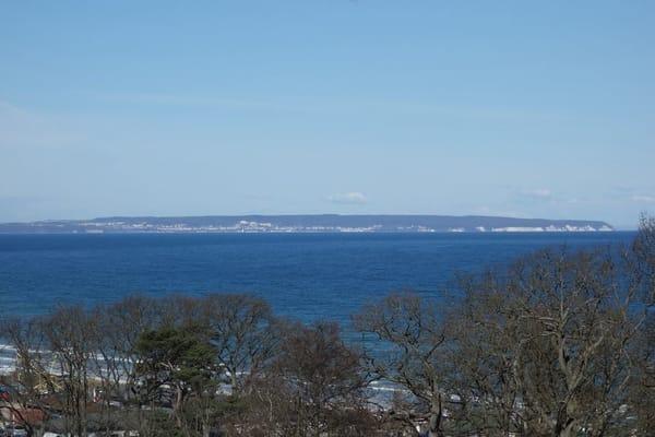 Meer, soweit das Auge reicht, hier Blick vom Parkplatz zur Kreideküste
