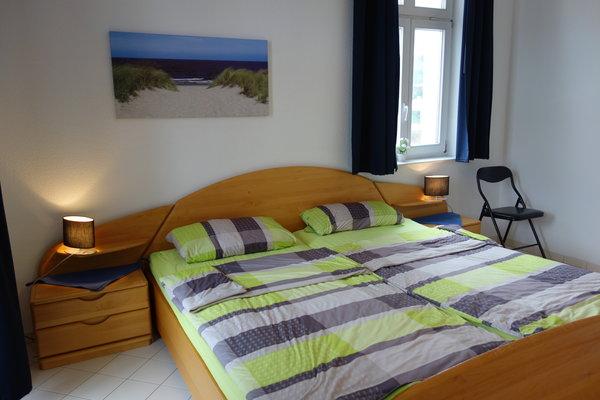 Viel Platz im 2 x  2 Meter großem Bett, um neue Kraft zu tanken. Auch von hier haben Sie Zutritt zu einem der Balkone