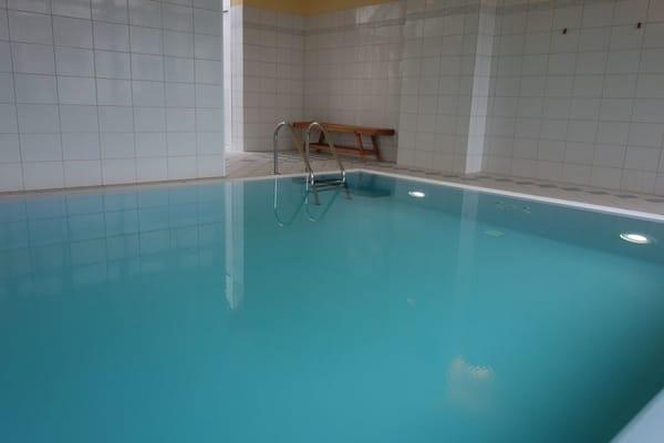 das private Schwimmbad mit Gegenstromanlage, geöffnet von 7,00 bis 24,00 Uhr