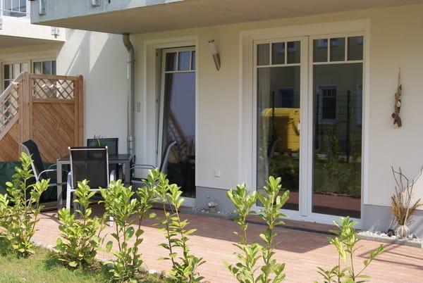 Terrasse mit Bestuhlung und Rasenfläsche