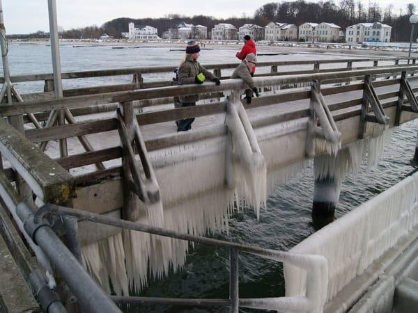 Der Winter mit seinen Eiszapfen an der Seebrücke in Heiligendamm