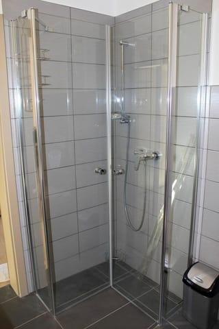 Das Duschbad hat- wie die ganze Fewo- Fussbodenheizung