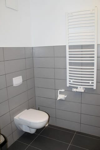 Zusätzlich zur Heizung befindet sich im Bad ein Handtuchheizkörper