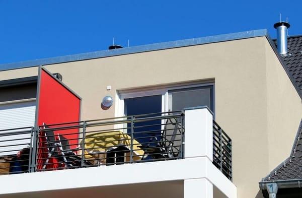Zwischen Balkon und Wohnbereich hält Ihnen eine Insektenschutztür die Plagegeister fern