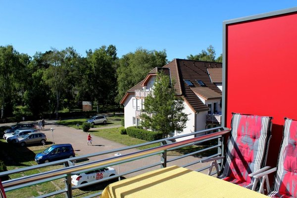 Zur Fewo gehören 2 Stellplätze. Sie haben auf dem Balkon Sonne von MIttag bis zum Untergang