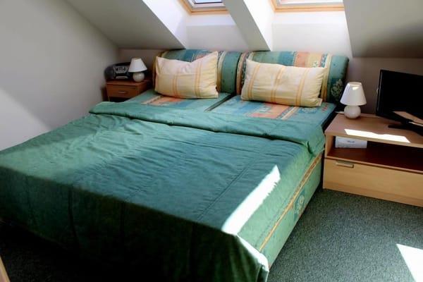 Auf der Doppelbettanlage (1,80 m breit ohne Fussbegrenzung) werden Sie gut schlafen oder noch fern- oder DVD´s sehen. Der textile Fußbodenbelag macht das Schlafzimmer gemütlich.