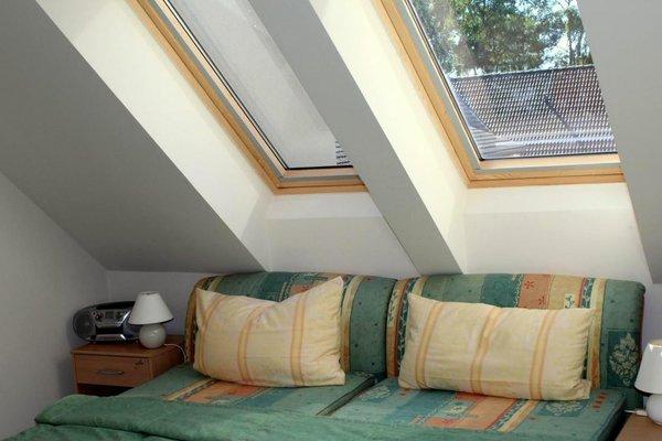 Die Fenster haben Rollos zum Verdunkeln und zur Wärmereflektion. Der rechte Nachtschrank hat ein abschließbares Safefach.