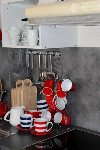 In der komfortablen Küche m. Geschirrspüler, Mikrowelle, Toaster, Ceranherd u.Backofen, Kaffeemasch., Wasserkocher, viel Geschirr, Besteck u. Küchenutensilien macht Selbstversorgen  Spass