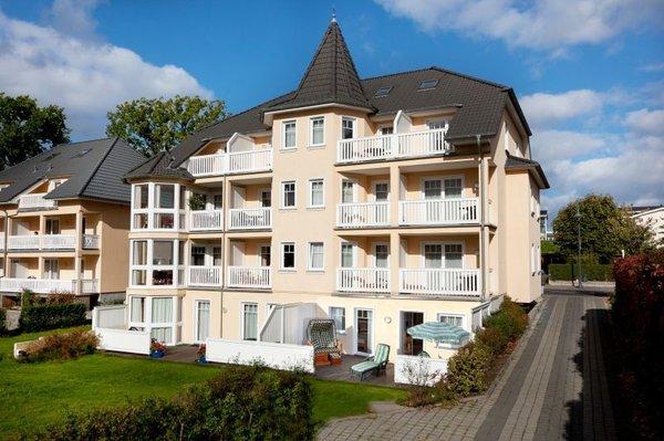 Villa Seerose in Binz (Terrassenwohnung unten rechts, mit Strandkorb, Sitzgruppe, Liegen und großem Sonnenschirm)
