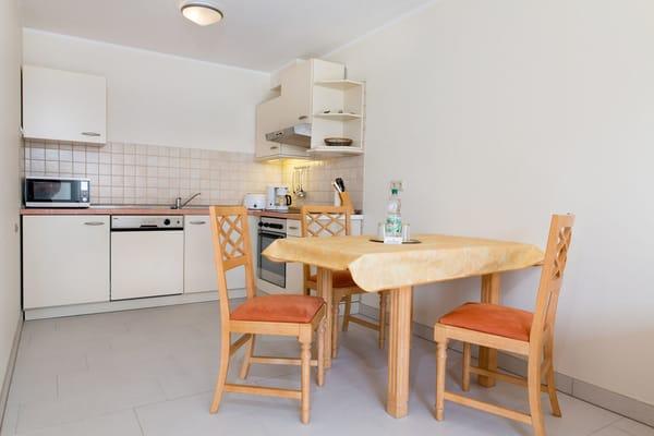 Essecke und Küchenblock. Zum Esstisch gehören 4 Stühle. Hängeschränke wurden gerade ergänzt.