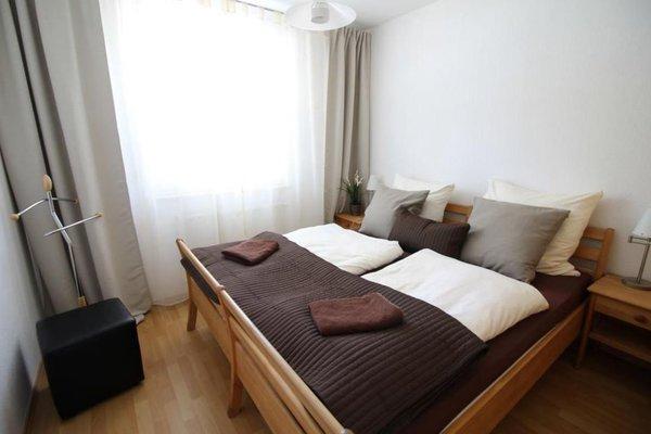 Große Fenster zur Meerseite.  Lauschen Sie nachts dem sanften Wellenschlag bei offenem Fenster. Beide Schlafzimmer haben weiße Schutzplissees sowie  Aussenrollos.