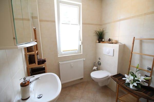 Das Bad mit Tageslicht befindet sich im Eingangsbereich der Wohnung.