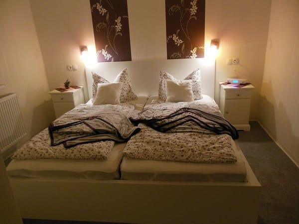 Doppelbett gut ausgeleuchtet, um Abends gut lesen zu können