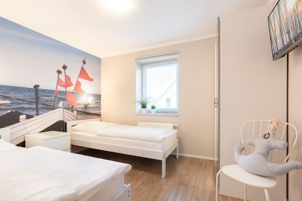 Das erste Schlafzimmer ist mit zwei Einzelbetten ausgestattet, die sich bequem zu einem Doppelbett umstellen lassen ...