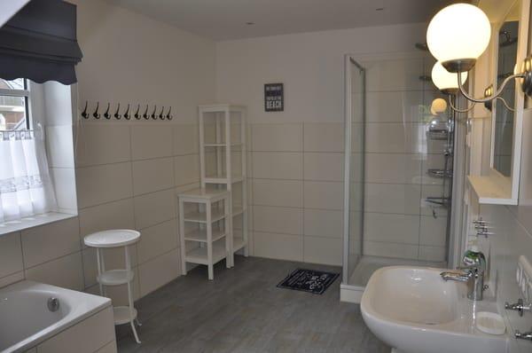 Bad Obergeschoss mit Wanne und Dusche