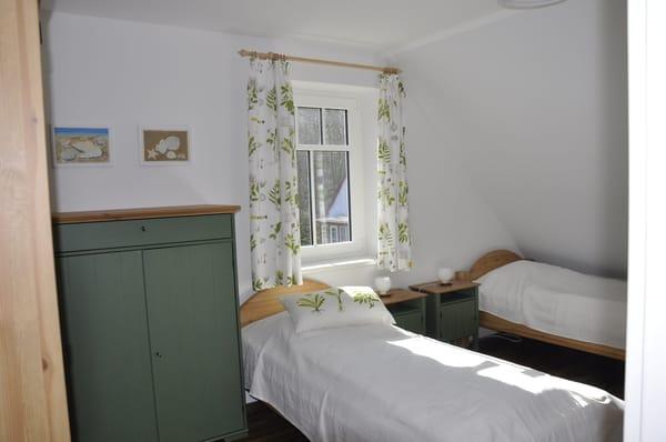 Schlafzimmer Obergeschoss mit zwei Einzelbetten (Grünes Zimmer)