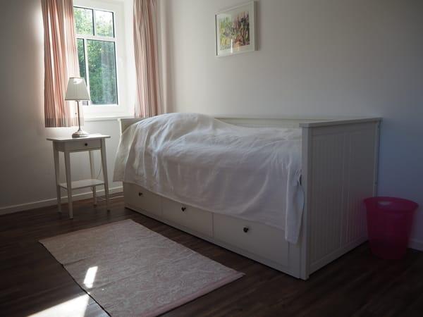 Schlafzimmer Obergeschoss mit zum Doppelbett ausziehbaren Tagesbett (Rosa Zimmer)