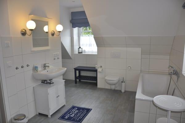 Bad Obergeschoss mit Dusche und Wanne