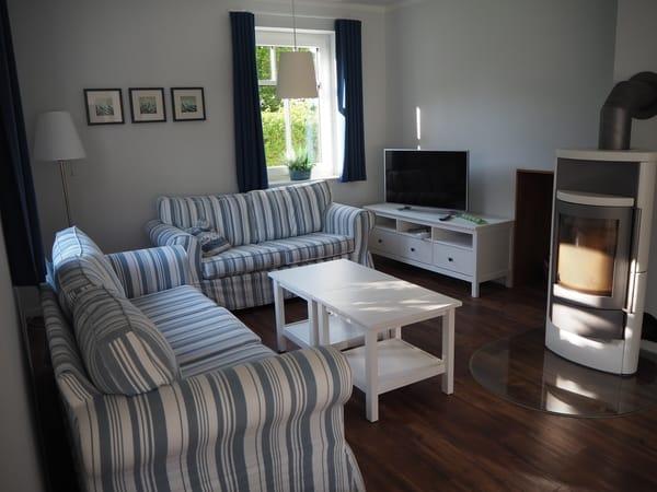 Sitzecke im Wohnbereich mit Kaminofen