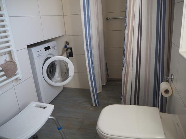 Bad Erdgeschoss mit bodengleicher Dusche