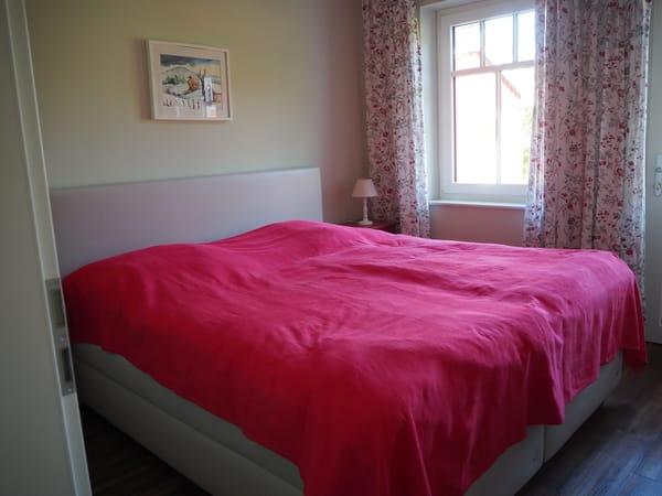 Boxspringbett im Schlafzimmer im Erdgeschoss (Rotes Schlafzimmer)