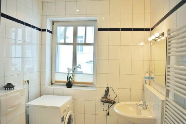 helles Bad mit Dusche, Fenster, Waschmaschine und Fön
