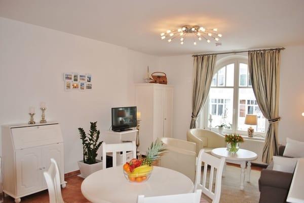 Wohnraum mit Esstisch für 4 Personen