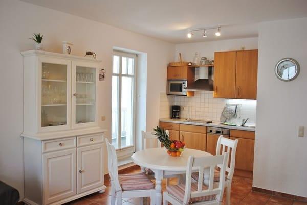 komplett eingerichtete Küche mit Zugang zum schönen Balkon, Balkon mit Strandkorb, Tisch und Stühle
