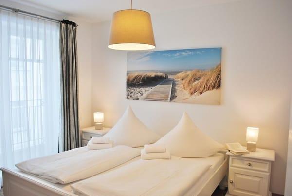 Schlafraum mit bodentiefen Fenstern, Verdunklung und 2. LCD-TV an der Wand