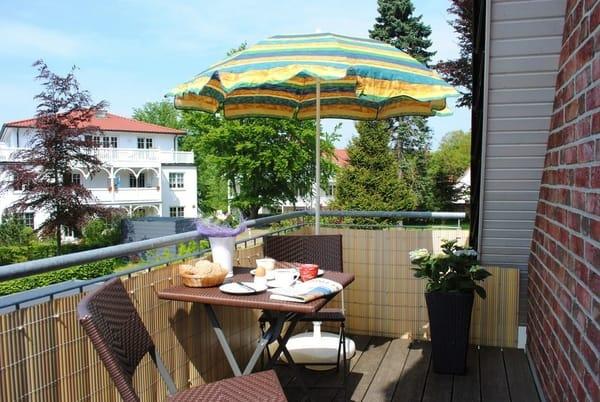 Balkon mit Sitzgelegenheiten und Sonnenschirm