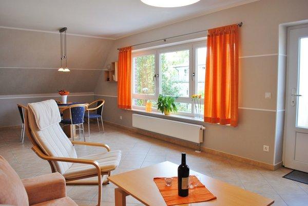 heller Wohnraum mit großer Fensterfront