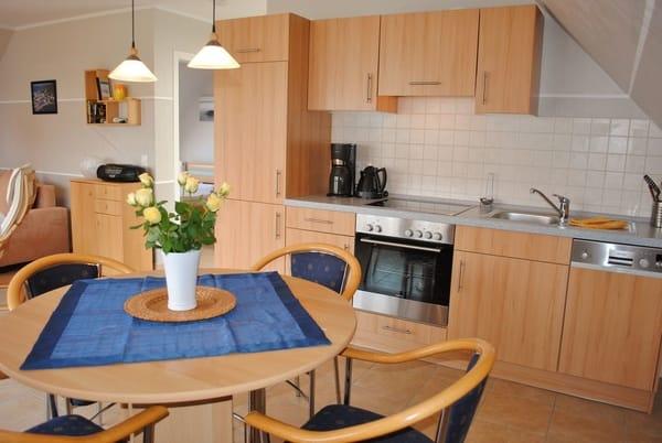 komplett eingerichtete Küche mit Esstisch für 4 Personen