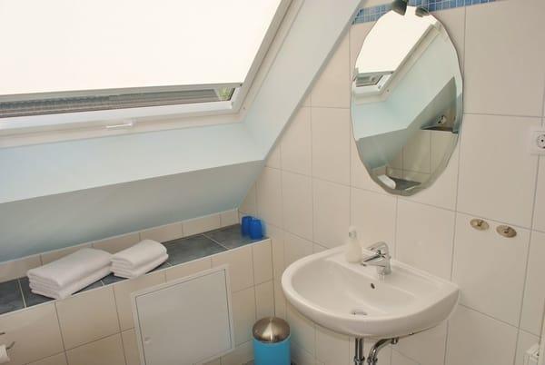 helles Bad mit Glasdusche und großer Fensterfront